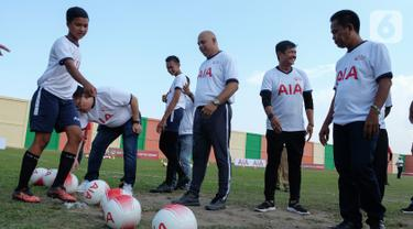 Pelatih Tim Nasional U23 Indra Sjafri (kedua kanan) berbincang pada kegiatan AIA Sepakbola Untuk Negeri di Stadion Mini Pancing, Medan, Sumatera Utara, Selasa (7/1/2020). 60 siswa sekolah sepakbola (SSB) mengikuti pelatihan untuk hidup lebih sehat dan lebih baik. (Liputan6.com/HO/Ady)