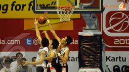 Dua klub bola basket Jakarta saling adu taktik di laga lanjutan NBL yang digelar di Hall Senayan Jakarta (Liputan6.com/Helmi Fithriansyah)