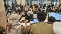 Jurnalis mengambil sertifikat vaksinasi Covid-19 usai menjalani observasi di Balai Kota, Jakarta, Senin (29/3/2021). Vaksinasi ini dimulai pada 24 Maret 2021 hingga 15 April 2021 untuk dosis pertama dengan target 400 orang per hari. (merdeka.com/Iqbal S. Nugroho)