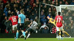 Penyerang Manchester United (MU) Marcus Rashford mencetak gol ketiga untik timnya ke gawang Partizan pada matchday keempat Grup L Liga Europa di Old Trafford, Kamis (7/11/2019). Tampil di hadapan pendukungnya sendiri, MU mengalahkan Partizan Belgrade 3-0. (AP/Dave Thompson)