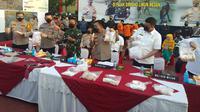 Kepala Kepolisian Daerah Sumatera Utara (Kapolda Sumut) Irjen Panca Putra Simanjuntak memaparkan kasus perampokan bersenjata api (bersenpi) di Mapolda Sumut