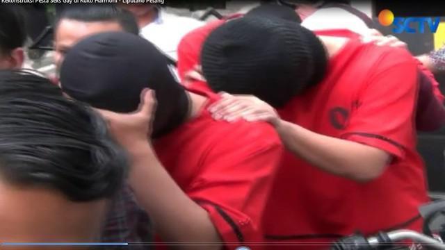 Dengan dikawal sejumlah polisi bersenjata lengkap, penyidik memboyong para tersangka ke lokasi di Ruko Plaza Harmoni, Jakarta Pusat.