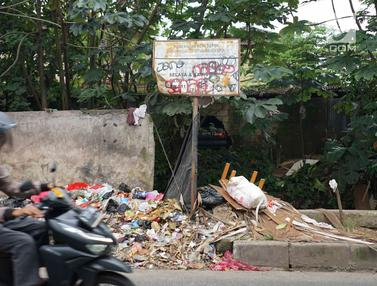 Sampah di Kota Depok Penuhi Bahu Jalan