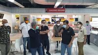 Gubernur Sulbar Ali Baal Masdar saat mengunjungi salah satu mall di Mamuju untuk persiapan normal baru