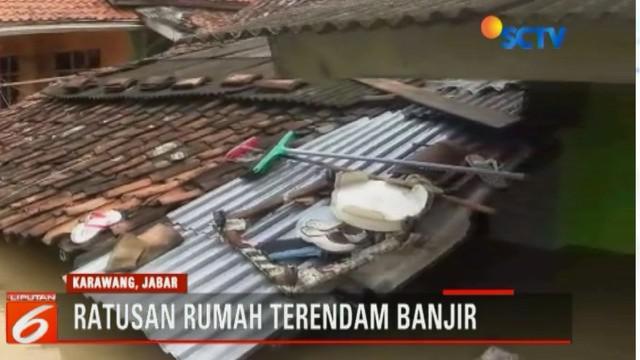 Tingginya intensitas hujan membuat sungai Cidarla-Wolong, Karawang, Jawa Barat meluap yang menyebabkan ratusan rumah warga terendam banjir.