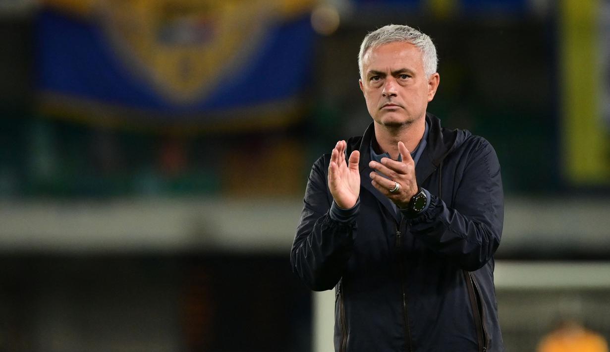 AS Roma secara mengejutkan mengalami kekalahan pada pekan keempat Liga Italia 2021/2022 saat lawatannya menuju ke Hellas Verona. Hal tersebut merupakan kekalahan perdana kepelatihan Jose Mourinho. (AFP/Miguel Medina)