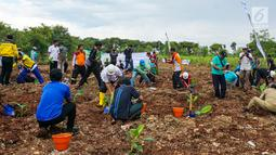 Karyawan dibantu masyarakat sekitar menanam 3.500 pohon pisang cavendish di Kawasan Pabrik Tuban, Jawa Timur, (22/4). Kegiatan dalam mengoptimalsasi lahan pasca tambang digelar dalam rangka memperingati Hari Bumi 2019. (Liputan6.com/Pool/Semen Indonesia)