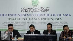 Perwakilan Tim Advokasi Pandangan dan Sikap Keagamaan MUI, Gus Joy (kiri) memberi keterangan usai menggelar pertemuan di Jakarta, Senin (14/11). Pertemuan untuk merumuskan pandangan dalam membantu fatwa MUI. (Liputan6.com/Helmi Fithriansyah)
