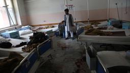 Sebuah ruangan rumah sakit rusak usai serangan di Kabul, ibu kota Afghanistan (12/5/2020). Sebanyak 18 orang, termasuk tiga penyerang, tewas dan 17 orang lainnya terluka setelah dua ledakan dan penembakan di rumah sakit bersalin tersebut. (Xinhua/Rahmatullah Alizadah)