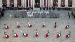 Prajurit  berdiri dekat peti jenazah tentara Prancis yang tewas dalam kecelakaan helikopter di Mali, Paris, Senin (2/12/2019). Sebanyak 13 tentara tewas setelah dua helikopter yang ditumpangi bertabrakan dalam operasi melawan miltan di Mali. (Eliot Blondet/Pool via AP)