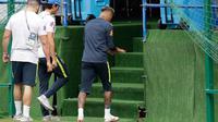 Striker Brasil, Neymar meninggalkan sesi latihan setelah merasakan sakit di pergelangan kaki kanannya di Sochi, Selasa (19/6). Neymar berhenti berlatih untuk persiapan pertandingan Piala Dunia kedua timnas Brasil melawan Kosta Rika. (AP/Andre Penner)