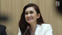 Aktris Nafa Urbach tersenyum saat jumpa pers di gedung Kementerian PPPA, Jakarta, Senin (21/8). Kedatangan Nafa Urbach untuk audiensi dengan Kementerian PPPA terkait kasus foto anak dan dugaan pedofilia. (Liputan6.com/Herman Zakharia)