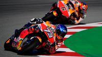 Pembalap Repsol Honda, Alex Marquez, saat mengikuti sesi latihan bebas MotoGP Catalunya di Circuit de Barcelona-Catalunya, Jumat (25/9/2020). Pembalab Yamaha, Morbidelli, finish pertama dengan catatan waktu satu menit 39,789 detik. (AFP/Lluis Gene)