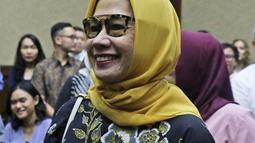 Terdakwa kasus dugaan korupsi investasi perusahaan di blok BMG Australia tahun 2009, Karen Agustiawan tersenyum saat bersiap menjalani sidang lanjutan dengan agenda pembacaan putusan oleh majelis hakim di Pengadilan Tipikor, Jakarta, Senin (10/6/2019). (Liputan6.com/Herman Zakharia)