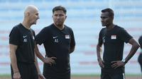 Asisten pelatih Singapura U-22, Noh Alam Shah (tengah), bersama staf kepelatihan Singapura saat memimpin latihan timnya di Stadion Rizal Memorial, Manila, Rabu (27/11/2019). (Bola.com/Muhammad Iqbal Ichsan)