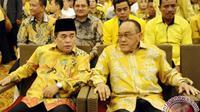 Ketum Partai Golkar versi Munas Bali Aburizal Bakrie (kanan) berbincang dengan Ketua Fraksi Golkar DPR Ade Komarudin (kiri). (Antara/Wahyu Putro A)