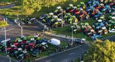 Pemandangan dari udara memperlihatkan traktor yang diparkir di jalan di De Bilt, Belanda, Rabu (16/10/2019). Petani Belanda menggelar protes terkait aturan pemerintah mengenai nitrogen. (Jerry Lampen/ANP/AFP)