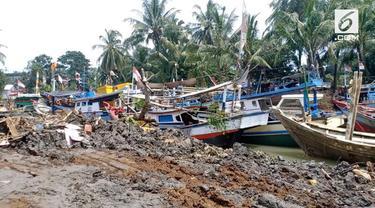Pascatsunami ratusan perahu milik nelayan menumpuk di sungai Cipunten Agung, Pandeglang, Banten.