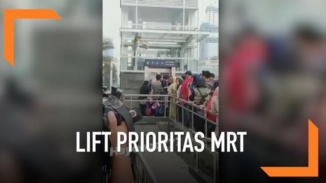 Akibat lift disabilitas MRT yang dipakai warga biasa yang kurang berhak, terjadi antrean masuk hingga meluber ke jalanan.