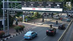 Kendaraan melintas di bawah mesin electronic road pricing (ERP) di Jalan Medan Merdeka Barat, Jakarta, Rabu (11/9/2019). Pemprov DKI Jakarta membatalkan proses lelang tender untuk jalan berbayar atau ERP setelah mendapatkan opini hukum dari Kejaksaan Agung RI. (Liputan6.com/Immanuel Antonius)