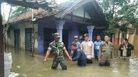 Petugas gabungan mengungsikan warga terdampak banjir Indramayu awal tahun lalu. Foto (Liputan6.com / Panji Prayitno)