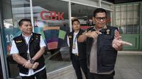 Ketua Tim Media Satgas Anti Mafia Bola Polri, Argo Yuwuno, memberikan keterangan usai menggeledah kantor PSSI di FX Tower, Jakarta, Rabu (30/1). Dokumen tersebut berkaitan dengan anggaran tahun 2017 dan 2018 dari PSSI. (Liputan6.com/Faizal Fanani)