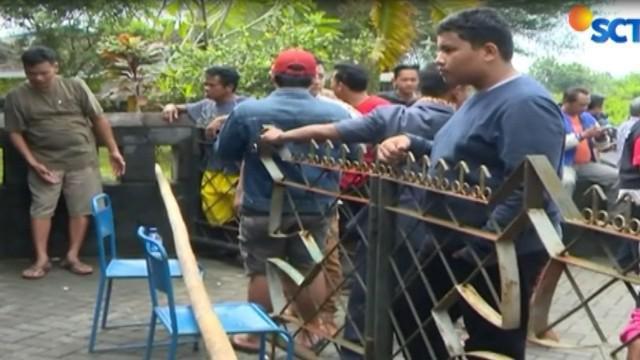 Salah satu polisi yang berupaya melumpuhkan pelaku juga terluka akibat senjata tajam pelaku yang diketahui bernama Suliyono warga Banyuwangi, Jawa Timur.