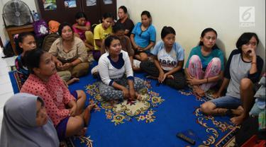 Sejumlah pembantu pengganti saat Lebaran atau infal menunggu di tempat penyalur tenaga pembantu Bu Gito di kawasan Cipete, Jakarta Selatan, Rabu (6/6). Kebutuhan pembantu infal menjelang Lebaran semakin meningkat. (Liputan6.com/Arya Manggala)