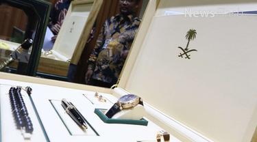 KPK Pamerkan barang-barang mewah yang diberikan Raja Salman bin Abdulaziz Al Saud kepada lembaga penyelenggara negara Indonesia.