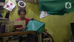 Mustaqim (29), perajin tas menyelesaikan pesanan tas jinjing di Parakan, Pamulang, Tangerang Selatan, Banten, Selasa (30/9/2020). Menurut Mustaqim, pesanan tas dari instansi pemerintah dan perusahaan swasta menurun hingga 70 persen dibandingkan sebelum pandemi Covid-19. (merdeka.com/Dwi Narwoko)