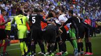 Pemain Real Madrid merayakan gol Karim Benzema ke gawang Malaga pada laga La Liga di Estadio La Rosaleda, Senin (22/5/2017) dinihari WIB. Real Madrid memenangkan partai dan menjadi juara Spanyol musim ini. (AP Photo/Daniel Tejedor)