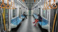 Suasana sepi di dalam Moda Raya Terpadu (MRT) di Jakarta, Minggu (24/5/2020). Di tengah pandemi virus corona COVID-19, pengguna MRT terpantau sepi dan tak seperti libur Lebaran sebelumnya. (Liputan6.com/Johan Tallo)