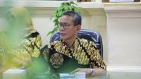 Plt DKOKP Addin Imanudin Nur mengaku menemukan benda kuno batu bata ukuran besar di proyek revitalisasi Alun-Alun Kejaksan Cirebon. Foto (Liputan6.com / Panji Prayitno)