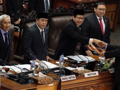 Perwakilan Pemerintah Menteri Keuangan Bambang Brodjonegoro (kanan) memberikan Laporan kepada Ketua Rapat, Wakil Ketua DPR Taufik Kurniawan dan Ketua DPR Ade Komarudin saat Rapat Paripurna di Jakarta, (25/7). (Liputan6.com/Johan Tallo)