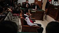 Terdakwa kasus dugaan penghilangan barang bukti pengaturan skor, Joko Driyono menjalani sidang putusan di PN Jakarta Selatan, Selasa (23/7/2019). Joko Driyono dinyatakan bersalah atas perkara pengrusakan barang bukti dengan vonis hukuman 1 tahun 6 bulan penjara. (Liputan6.com/Faizal Fanani)