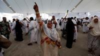 Jemaah haji melempar jumrah saat ibadah haji di Mina, Arab Saudi (12/09).  Ritual melempar jumrah tidak diperbolehkan mulai pukul 06.00 hingga pukul 10.30 waktu Arab Saudi. (REUTERS/Ahmed Jadallah)