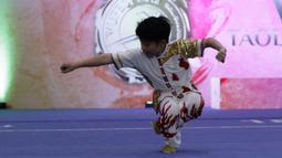 Atlet wushu saat mengikuti Festival Wushu di Wisma Serba Guna Senayan, Jakarta, Jumat (20/12). Ratusan atlet wushu berusia 6-15 tahun ikuti kejuaraan wushu nasional. (Bola.com/Yoppy Renato)