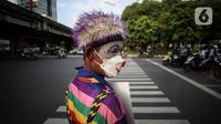 Angggota Komunitas Aku Badut Indonesia (ABI) melakukan aksi kampanye di kawasan Cilandak, Jakarta Selatan, Senin (12/7/2021). Mereka mengajak masyarakat agar menggunakan masker untuk kepentingan bersama dan mengurangi lonjakan kasus COVID-19. (Liputan6.com/Johan Tallo)