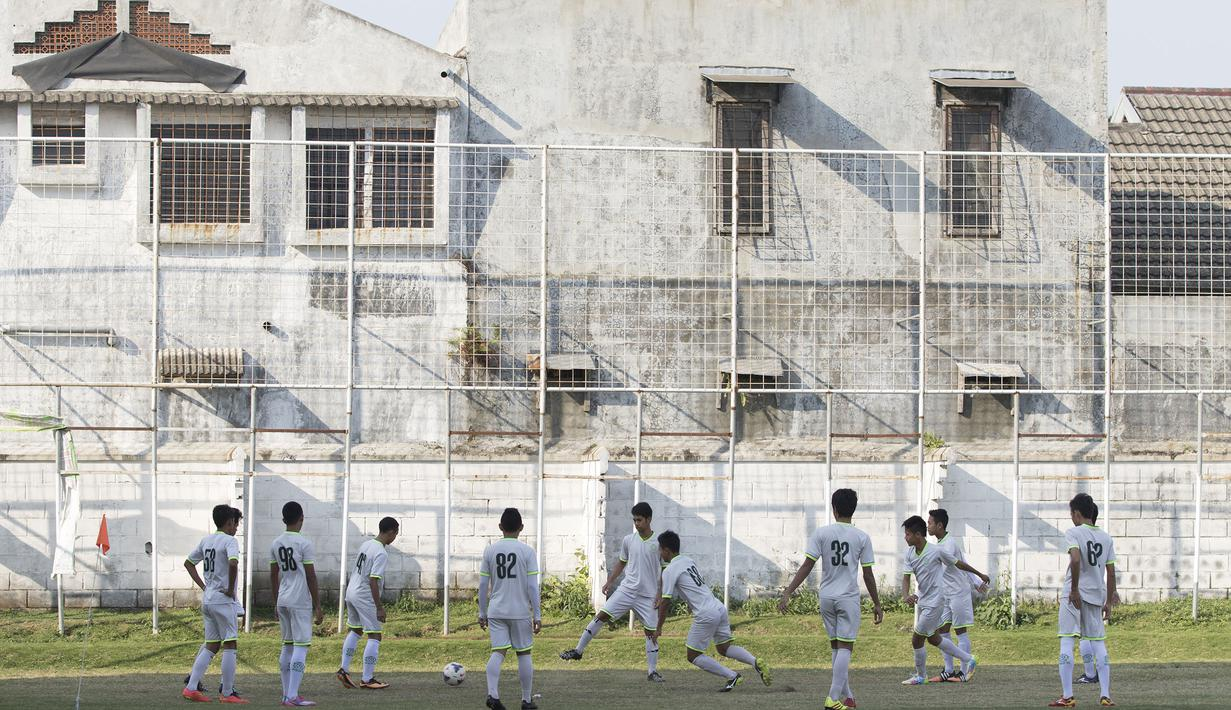 Para pesepak bola muda dari Aji Santoso International Football Academy (ASIFA) melakukan latihan rutin di Malang, Jawa Timur. (Bola.com/Vitalis Yogi Trisna)