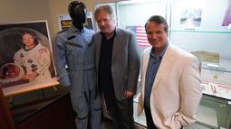 Dua putra Neil Armstong, Rick dan Mark, berpose dengan barang-barang milik ayahnya yang ditampilkan di Heritage Auctions, New York pada 2 Oktober 2018.  Berbagai jenis barang Armstrong dilelang pada 1 November 2018. (Don EMMERT/AFP)
