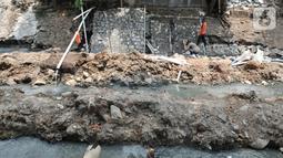 Aktivitas pekerja menyelesaikan proyek normalisasi Kali Kayu Putih, Jakarta, Selasa (15/10/2019). Proyek normalisasi Kali Kayu Putih yang merupakan aliran dari Kali Sunter sebagai langkah Suku Dinas Tata Air Jaktim dalam memaksimalkan fungsi kali pada musim penghujan. (merdeka.com/Iqbal S. Nugroho)