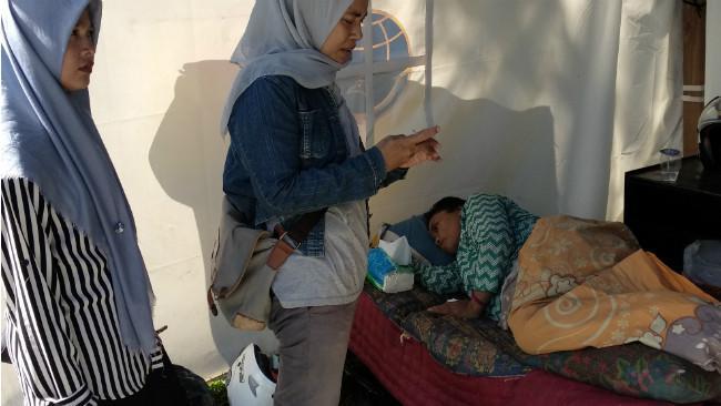 Ernawati saat berada di sebuah tenda di depan mesjid Agung Kendari. (Liputan6.com/Ahmad Akbar Fua)