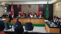 Suasana sidang dengan agenda pembacaan dakwaan atas tiga terdakwa kasus suap RAPBD Jambi 2018. (Foto: Istimewa/B Santoso)