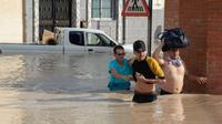 Saat warga mengungsi akibat banjir bandang di Spanyol. (AFP)
