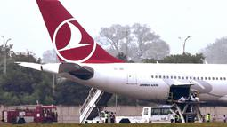 Sebuah pesawat maskapai Turkish Airlines yang terbang dari Bangkok usai melakukan pendaratan darurat di New Delhi, Selasa (7/7/2015). Pendaratan darurat dilakukan, karena teror bom secara tertulis di sebuah toilet pesawat. (REUTERS/Stringer)