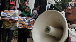 Massa Kabar Bumi dan JBMI membawa sejumlah poster saat berunjuk rasa menuntut keadilan untuk TKI Adelina Sau di depan Kedutaan Besar Malaysia, Jakarta, Senin (29/4/2019). Mereka mendesak pemerintah Malaysia membuka kembali sidang Adelina Sau dan menghukum berat majikan. (Liputan6.com/JohanTallo)