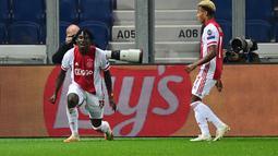 Pemain Ajax, Lassina Traore (kiri) berselebrasi usai mencetak gol ke gawang Atalanta pada pertandingan grup D Liga Champions di Stadion Gewiss di Bergamo, Italia, Selasa (27/10/2020). Atalanta bermain imbang 2-2 atas Ajax. (AFP/Miguel Medina)