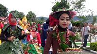 Gayo Alas Mountain International Festival menghadirkan pawai budaya yang diikuti ratusan pelajar Aceh Tengah. Busana unik yang digabung dengan daun dan dan biji kopi menarik perhatian para penonton.