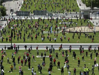 FOTO: Peringati Hari Buruh, Serikat Pekerja Portugal Terapkan Jaga Jarak