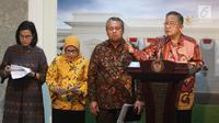Menko Perekonomian Darmin Nasution, Menkeu Sri Mulyani, Gubernur BI Perry Warjiyo, dan perwakilan OJK Nurhaida saat meluncurkan Paket Kebijakan Ekomomi XVI, Jakarta, Jumat (16/11). Paket ini diharap mendorong kenaikan investasi. (Liputan6.com/AnggaYuniar)